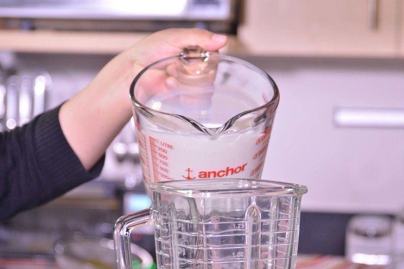 Para preparar el flan, licuar la leche, los huevos, los 2/3 de taza de azúcar, esencia de coco y el coco rallado en la licuadora.