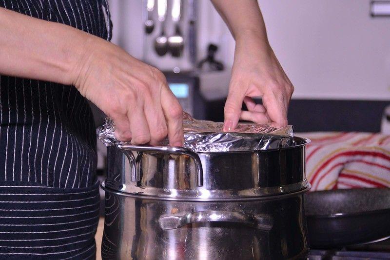 Colocar el refractario dentro de una vaporera con agua sobre la estufa, tapar y cocer 1 hora.