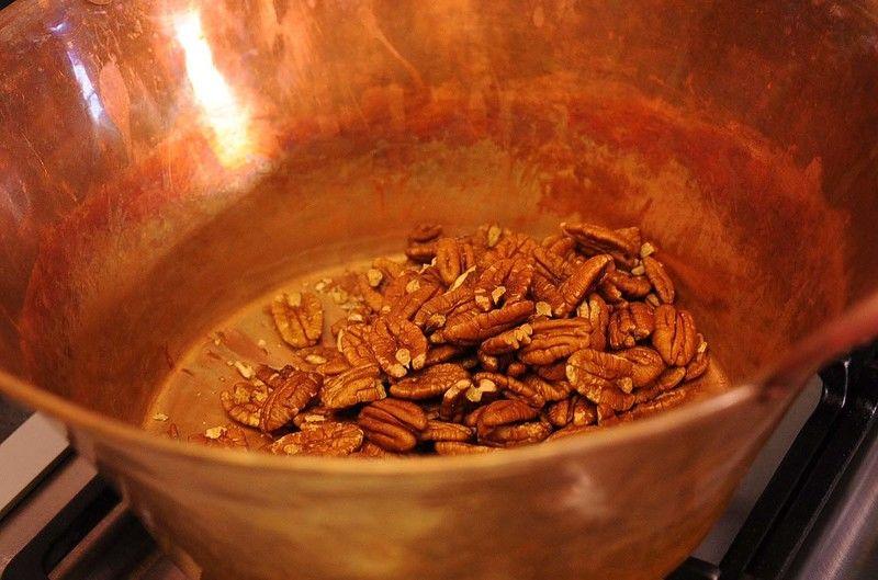 Calentar en el cazo de cobre todos los ingredientes a lumbre media.