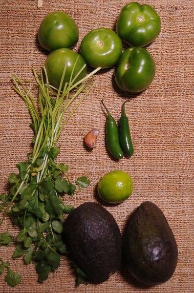 Ingredientes para toda la receta 10 ramas de cilantro desinfectante de verduras al gusto agua al gusto sal al gusto 1 pieza de limón 2 piezas de aguacate 2 piezas de chile serrano 5 piezas de tomate verde (tomatillo)
