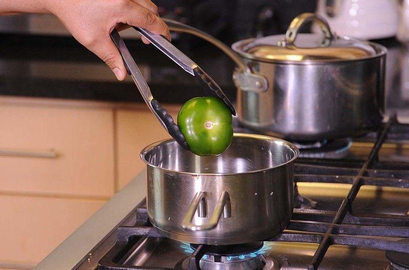Poner a hervir los tomates verdes, chile serrano y dejar enfriar.