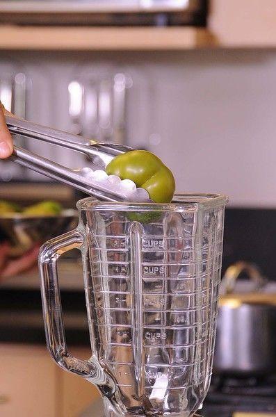 Colocar en el vaso de la licuadora los tomates, chiles.