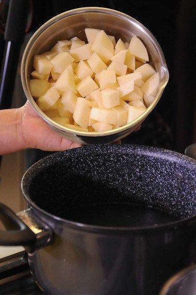Añadir las papas picadas con un poquito de sal o hasta que estén bien cocidas.