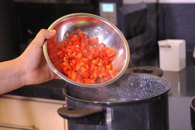 Agregar el pimiento picado y sal si fuera necesario continuar cociendo.