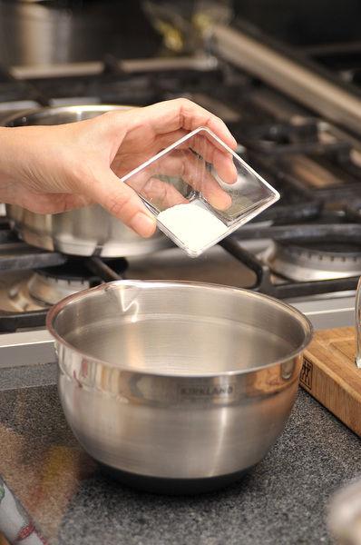 Hidratar la grenetina con la media taza de agua, mezclando bien con una cuchara.