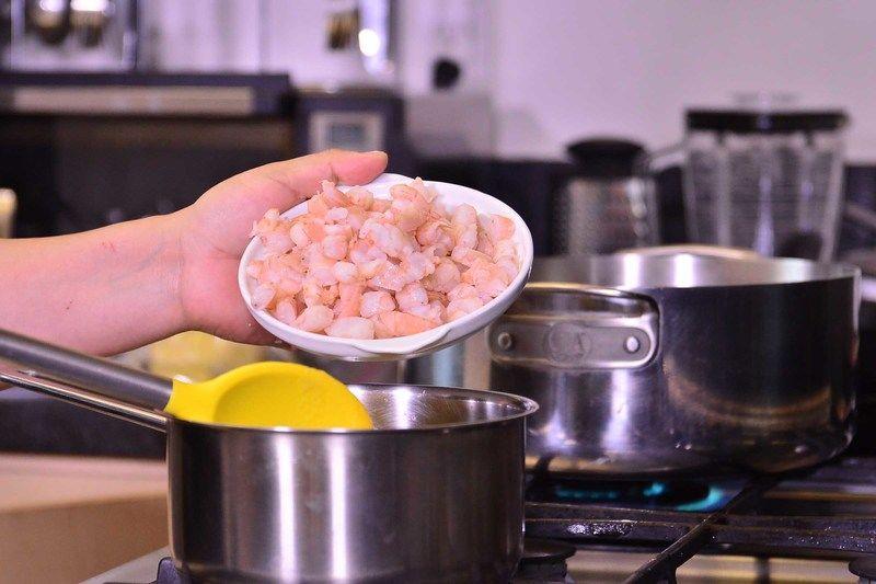 Agregar los camarones en la olla con la mezcla.