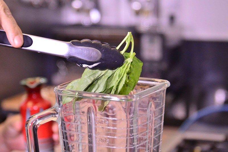 Preparar el pesto de albahaca, remover los tallos de la albahaca y colocar las hojas en el vaso de la licuadora.