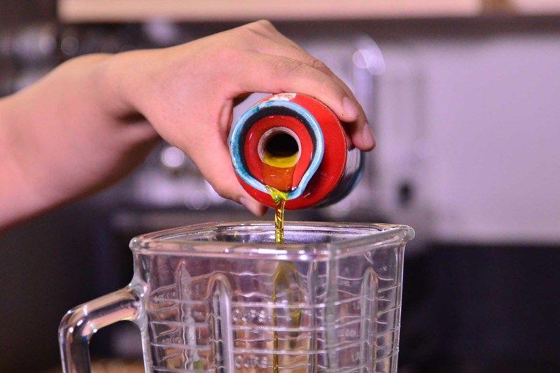 Agregar suficiente aceite de oliva y comenzar a moler, hasta que se forme una pasta espesa.