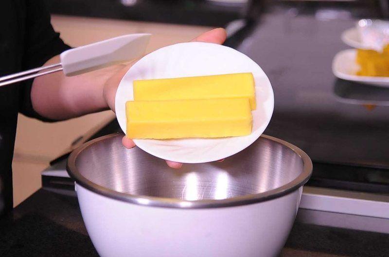 Precalenatr el horno a 350F. Batir la mantequilla, los huevos, la vainilla y el azúcar.