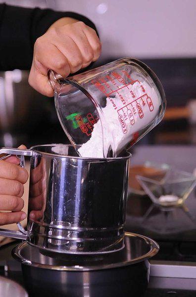 Cernir la harina, royal y cocoa y añadir a la mezcla batida alternando con la leche. Añadir la nuez.