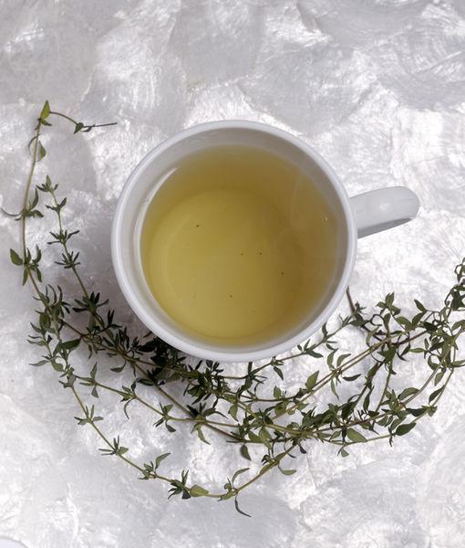 Usos medicinales: Preparado como té tiene propiedades digestivas y ayuda a aliviar los dolores de cabeza de origen nervioso. Tiene propiedades expectorantes y alivia la tos y disminuye el catarro por lo que es recomendado para la gripa. Usado en gárgaras ayuda a aliviar los dolores de garganta. Tiene propiedades bactericidas por lo que los antiguos egipcios lo utilizaban para embalsamar momias. Ayuda en las inflamaciones de la boca y encías y alivia las aftas bucales. Su alto contenido de hierro lo hace efectivo en el tratamiento de anemia.