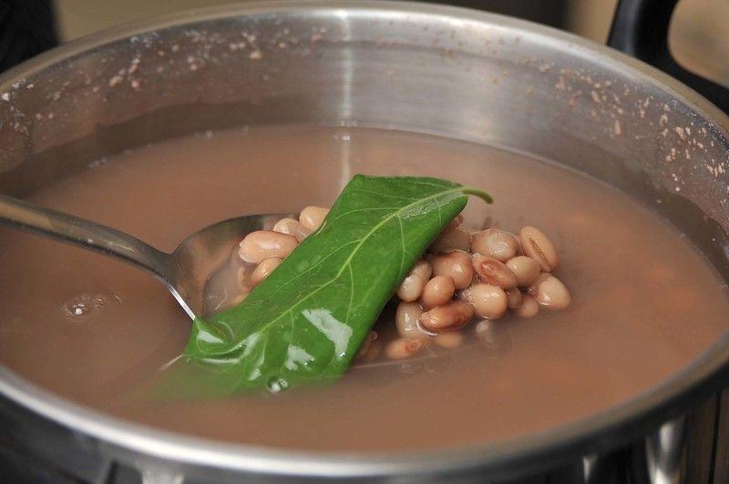 Agregar sal al gusto y las hojas de aguacate. Encender el fuego y dejar hervir 10 minutos más. En lugar de hoja de aguacate se le puede agregar una rama de epazote.