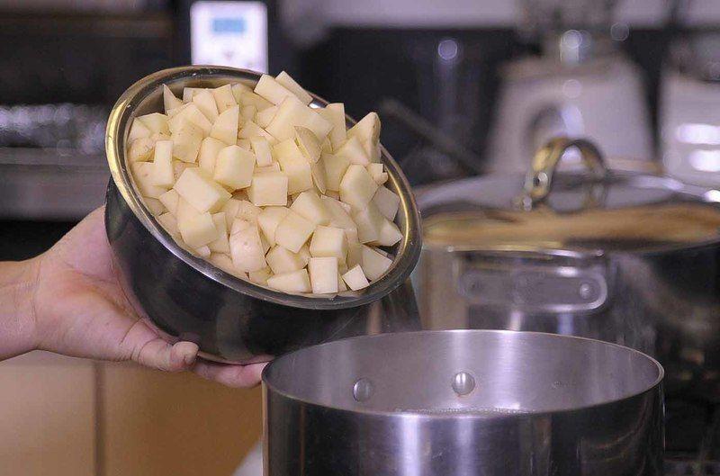 Cocer las papas en una olla honda mediana con un poquito de sal, hasta que estén al dente. Escurrir y reservar.