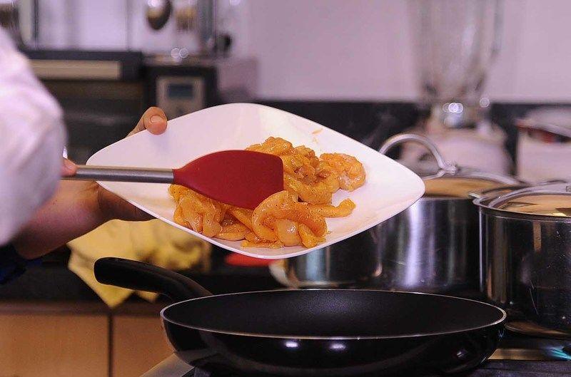 Sofreir las tiras de pollo, hasta que estén ligeramente doradas.