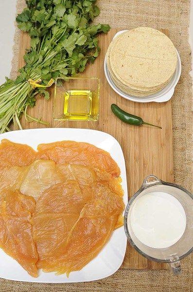 Ingredientes para receta 3 piezas de milanesa de pollo 1 taza de crema de leche de vaca 1 manojo de cilantro 1 pieza de chile serrano 1 diente de ajo sal al gusto pimienta negra molida al gusto 2 cucharadas de aceite de oliva 18 piezas de tortillas de maíz