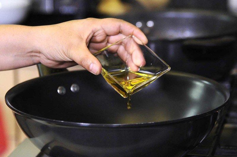 Calentar las dos cucharadas de aceite en el sartén.