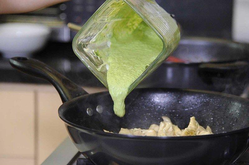 Añadir la salsa, sazonar con pimienta, sal y cocer unos minutos más.