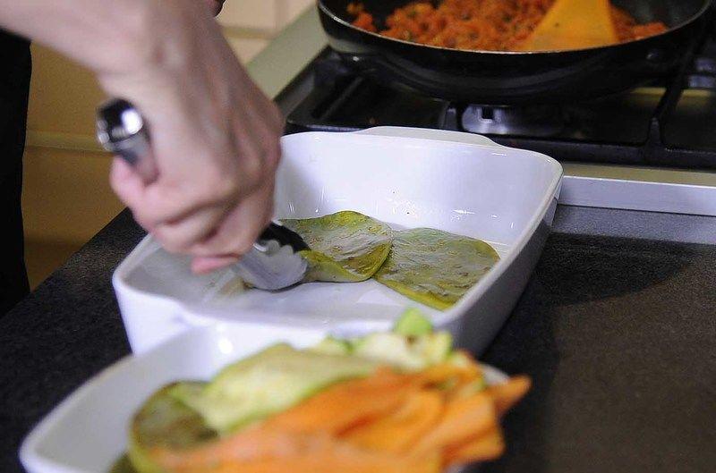Para armar la lasaña: en un refractario adecuado para horno intercalra las pencas de nopal y agregar la salsa de jitomate.