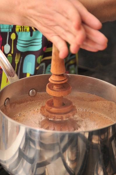 Agitar con el molinillo o con un batidor de huevos hasta que se disuelvan.