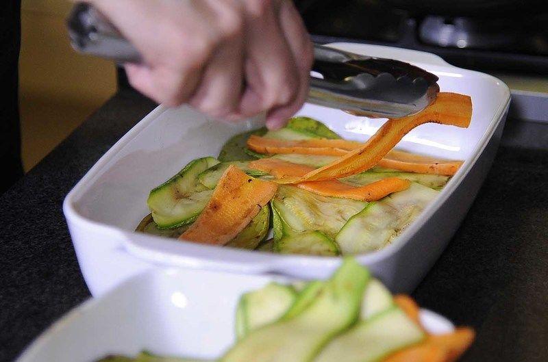 Agregar la calabacita y zanahoria rabanada.