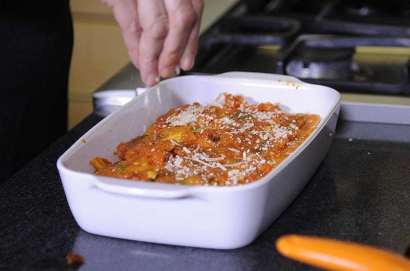 Espolvorear con queso parmesano encima y hornear a 350° F (180 ° C) durante 35 o 40 minutos.
