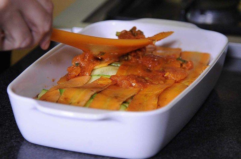 Agregar el queso panela en rebanadas, repetir esto dos capas.