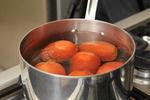 Poner suficiente agua a hervir y agregar los jitomates, cocer 30 segundos.