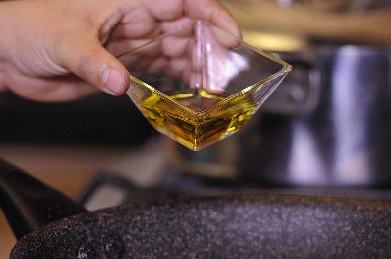 Acitronar el ajo en una sartén abierta con aceite de oliva a fuego medio durante un minuto.