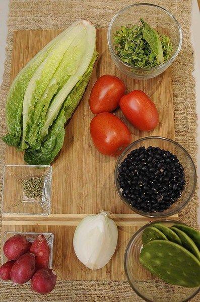Ingredientes para receta 250 gramos de frijol negro Nuevo 1/4 pieza de cebolla blanca 3 piezas de jitomate guaje sal al gusto Ingredientes para acompañar 5 piezas de rábano 1 pieza de chile serrano 1 pieza de lechuga orejona orégano seco al gusto