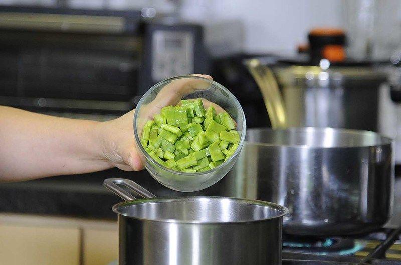 Cocer los nopales picados con un poquito de sal, durante 5 minutos. Escurrir y reservar.