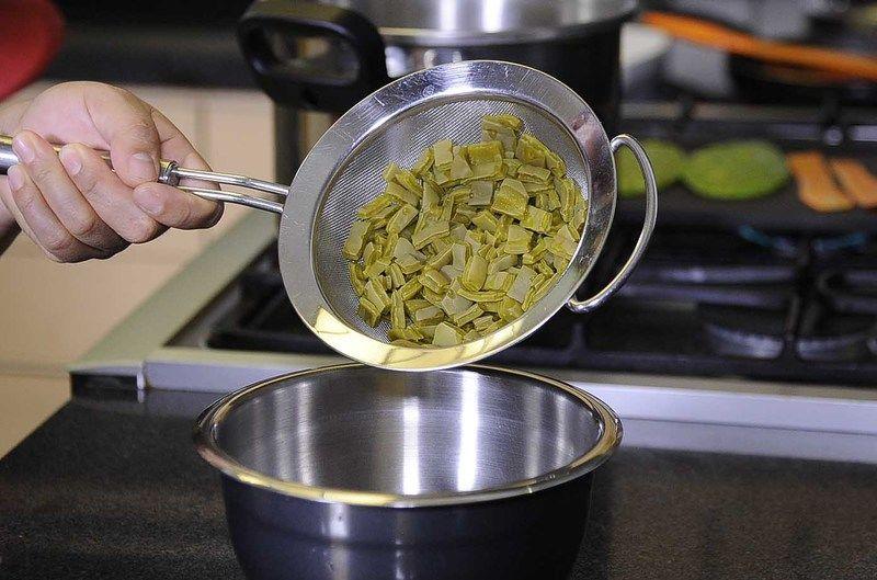 Mezclar en un tazón los nopales cocidos, cebolla picada.