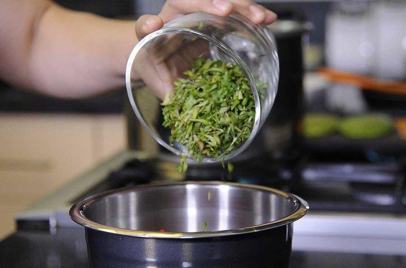 Añadir cebolla picada, jitomate picado, brotes de cilantro y sazonar con sal.