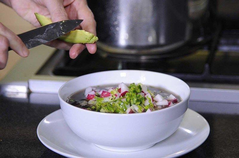 Acompañar con lechuga picada, rábano picado, chile serrano, orégano y aguacate picado.