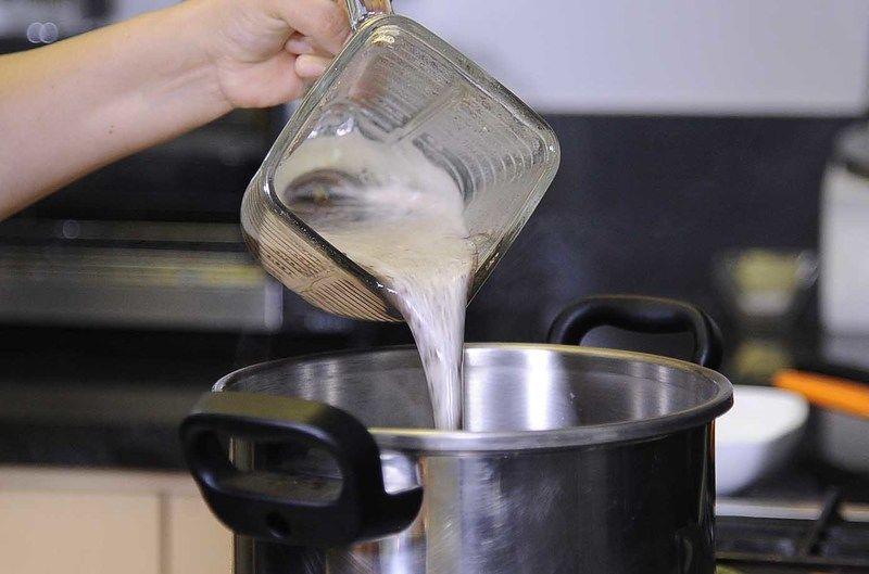 Regresar el frijol molido a la olla, rectificar sazón.