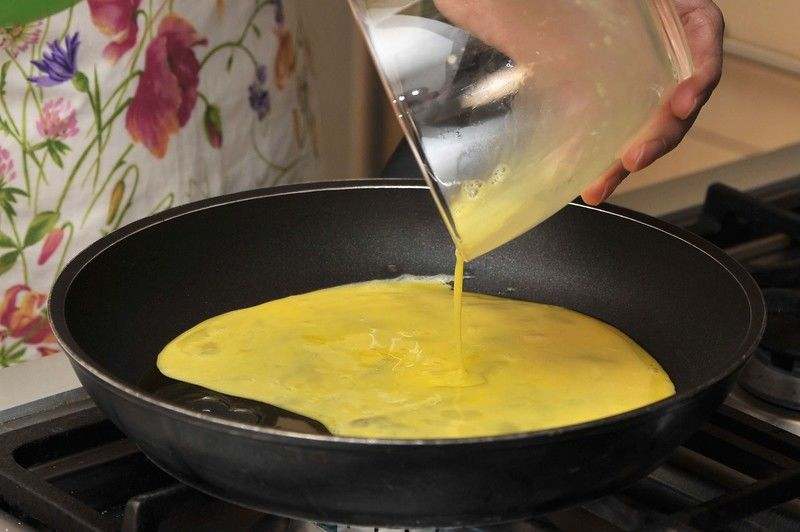Batir los huevos, cocer en una sartén pequeña con un poco de aceite, revolviendo de vez en cuando. Reservar.