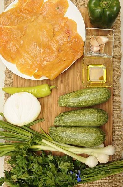 Ingredientes para receta 4 piezas de milanesa de pollo 4 dientes de ajo 1 manojo de perejil fresco 4 piezas de cebollita de cambray 1/2 pieza de cebolla blanca 3 piezas de calabacita italiana 1 pieza de chile güero 1 pieza de pimiento morrón verde 2 cucharadas de aceite de oliva