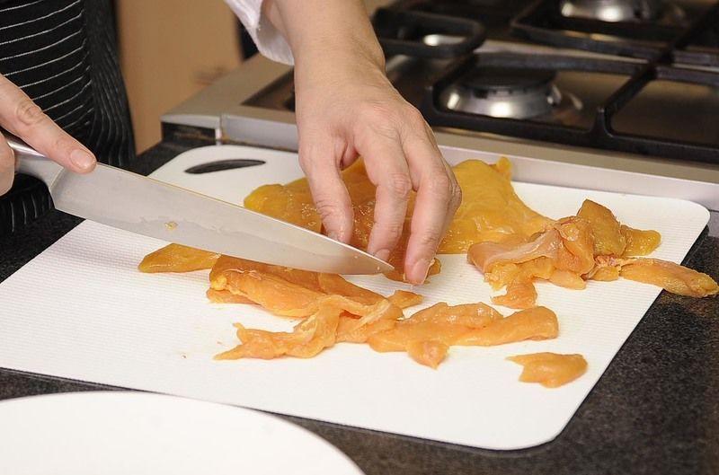 Cortar la milanesa de pollo en tiras, salpimentar as tiras de milanesa y reservar.