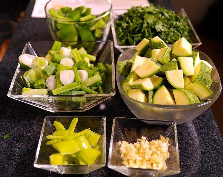Picar el pimiento retirando la parte blanca y semillas en trozos medianos, cebolla y chile güero, calabacita y cebolla cambray.