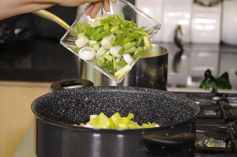 Agregar cebolla cambray, calabacita, moviendo constantemente para integrar los ingredientes durante 5 minutos.