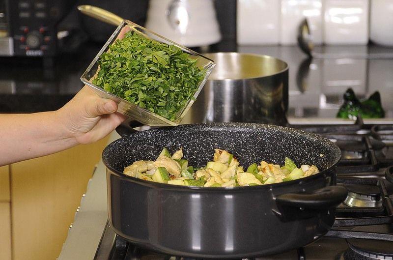 Añadir el perejil picado. Sazonar con sal y pimienta negra molida, continuar cociendo hasta que las verduras estén cocidas.