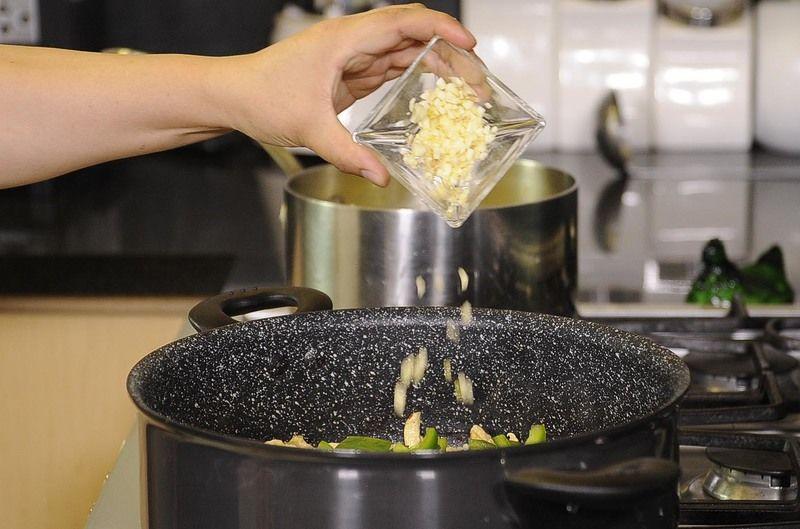 Agregar pimiento picado, ajo.