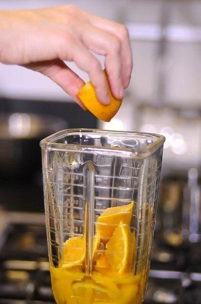 Agregar las naranjas partidas con todo y cáscara.