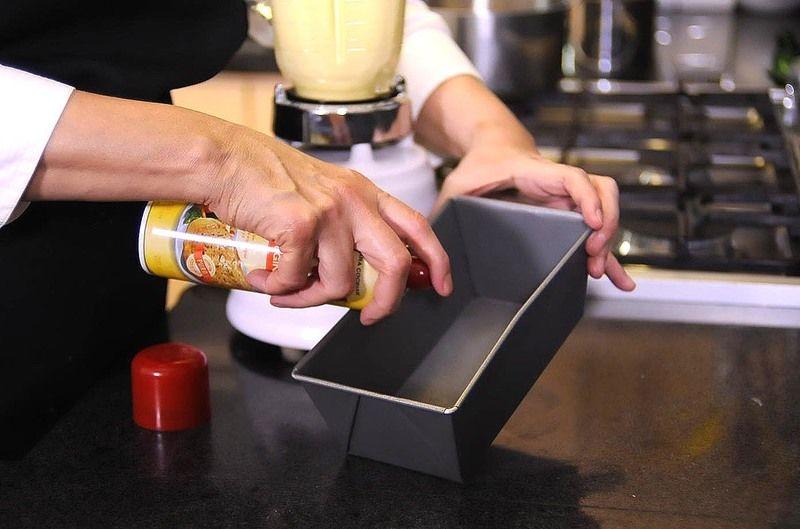 Rociar el molde de panqué con aceite en spray.