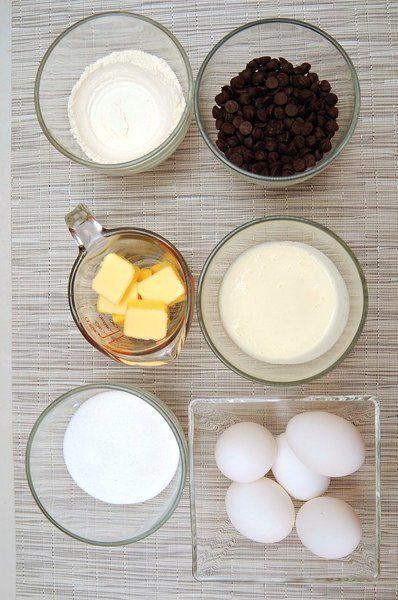 Ingredientes para receta 3/4 taza de mantequilla 340 gramos de chips de chocolate 1/2 taza de crema para batir 5 piezas de huevo 3/4 taza de azúcar 2/3 taza de harina