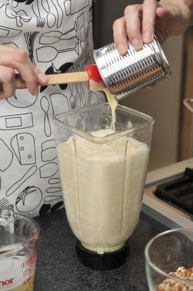 Licuar la leche evaporada con la leche condensada y la media crema.