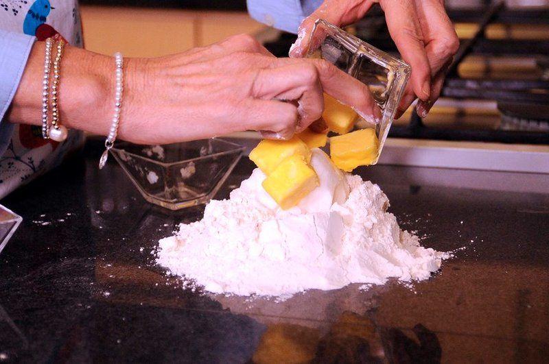 Mezclar la manteca y la mantequilla bien heladas. Agregar el agua y amasar con las manos hasta integrar.