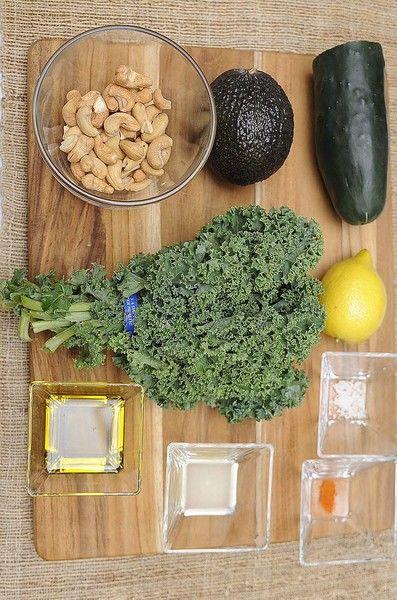 Ingredientes para receta: 1 manojo de col rizada 1 pieza de aguacate 1/2 pieza de pepino 1/2 taza de nueces de la India 1 cucharada de jugo de limón amarillo 1 pizca de pimienta de cayena 2 pizcas de sal de mar 3 cucharadas de aceite de oliva extra virgen