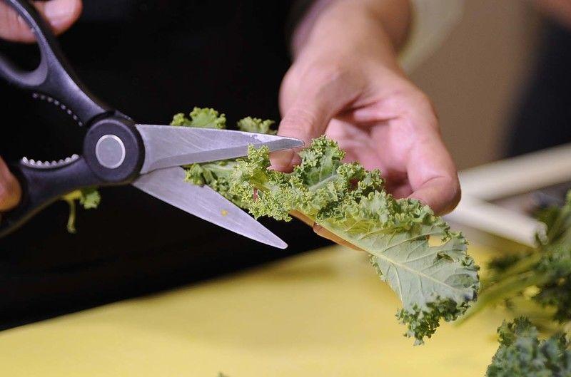 Remover los tallos de la col rizada y descartarlos.