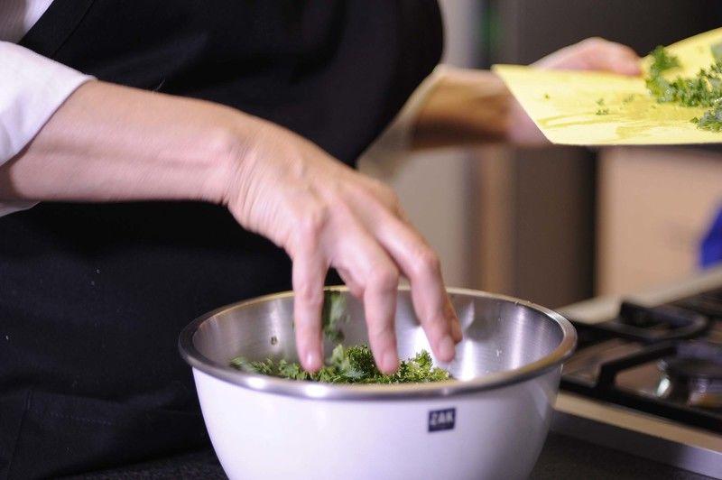 Colocar la col picada y el aguacate en rebanadas en un tazón grande.