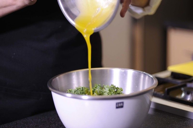 Rociar el aderezo sobre la col y el aguacate, masajear un poco la col con las manos para suavizarla.